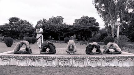Une des reconstitutions du film : une présentation de yoga devant le roi de Mysore