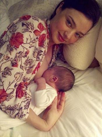 Miranda Kerr allaitement breastfeed tétée