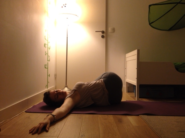 belly twist torsion au sol blog yoga
